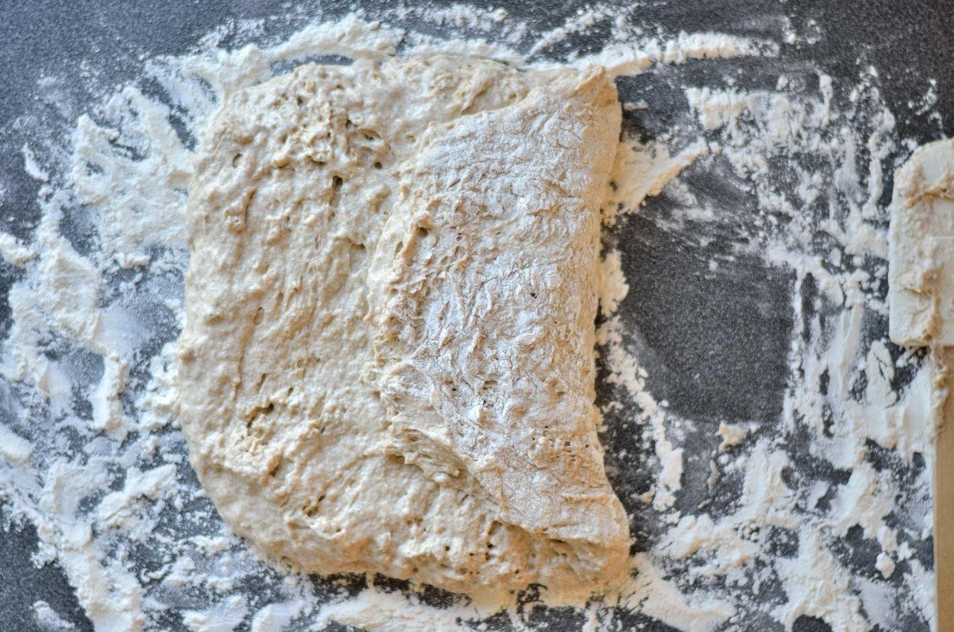 Surdejsgrydebrød med fuldkorn - dejen foldes
