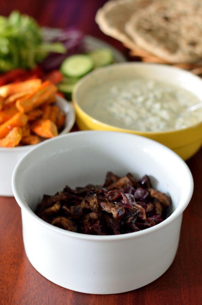 Vegansk græsk gyros med karameliseret auberginefyld - serveringsforslag