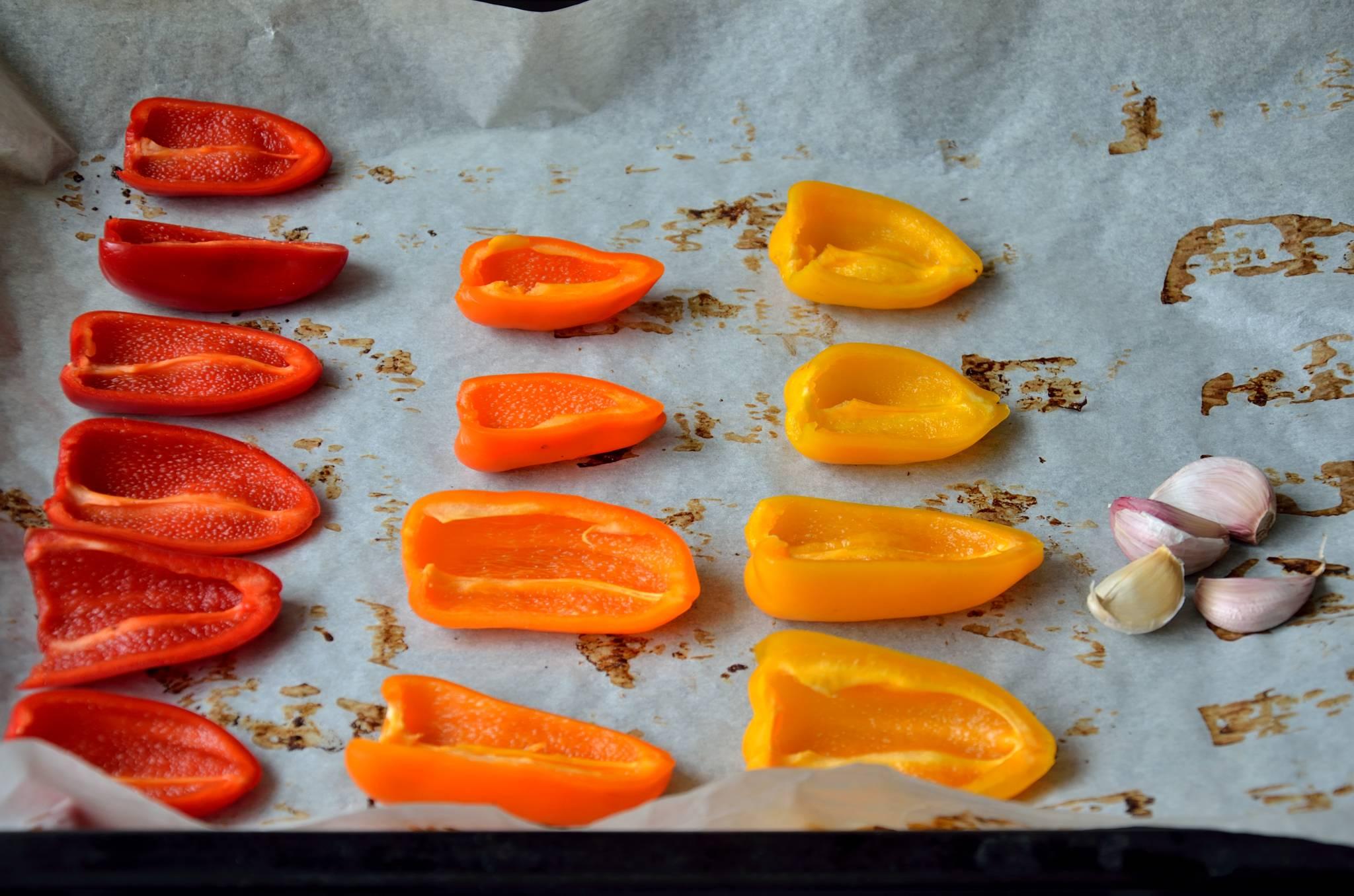 Peberfrugter og hvidløg inden bagning
