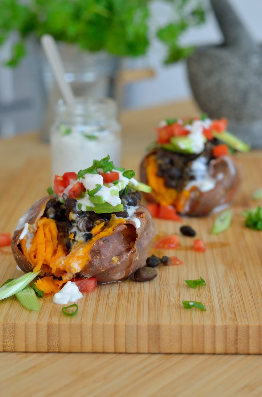 Opskrift på mexicansk inspirerede fyldte søde kartofler med sorte bønner og kokos-/lime dressing
