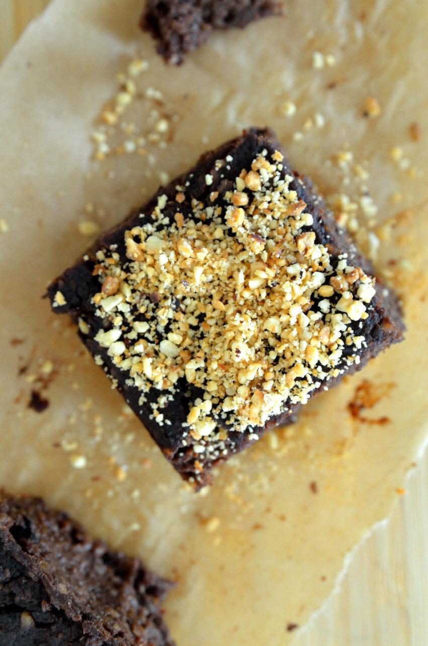 Opskrift på proteinrig vegansk bønnebrownie med sorte bønner og sød kartoffel