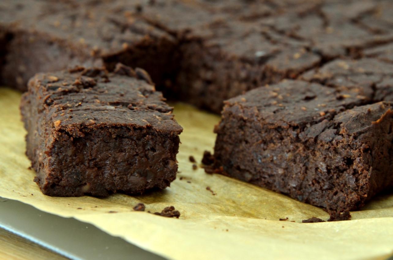 Opskrift på proteinrig vegansk bønne-brownie med sorte bønner og sød kartoffel