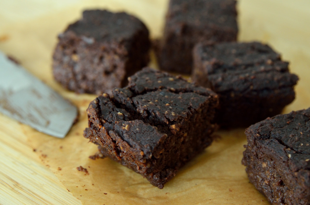 Opskrift på vegansk proteinrig bønne-brownie med sorte bønner og sød kartoffel